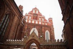 St Anne ` s och Bernadine ` s kyrktar i Vilnius Litauen härlig arkitektur av baltiska stater i vinter under julholid Fotografering för Bildbyråer