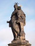 St Anthony van het standbeeld van Padua op Charles-brug Praag, Tsjechische Republiek Stock Afbeeldingen