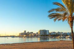 St Antoni de Portmany, Ibiza, de Balearen, Spanje Kalm water langs promenade & strand in warm, recent dagzonlicht Royalty-vrije Stock Foto's
