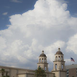 St Augustine Cathedral en moesson thunderhead wolk in Tucson, Arizona Stock Afbeeldingen