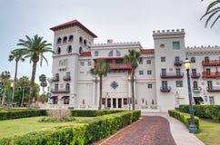 ST AUGUSTINE, FL - 8. APRIL 2018: Flagler-College an einem bewölkten Tag Die Stadt ist der älteste ununterbrochen bewohnte Europä lizenzfreie stockfotografie