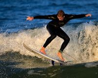 St Augustine, FL - 17 de fevereiro - surfista monta as ondas no por do sol em St Augustine, FL Fotos de Stock