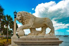 St Augustine, Florida 26 januari, 2019 De leeuw op Brug van Leeuwen bouwde 1924 bij Oude Stad in de Historische Kust van Florida  stock afbeelding