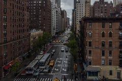 1st avenysikt från den 59th gatabron, medan rida på en buss Royaltyfri Fotografi