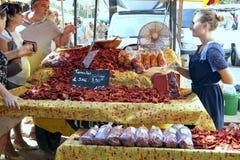 ST AYGULF, VAR, ΠΡΟΒΗΓΚΊΑ, ΓΑΛΛΊΑ, στις 26 Αυγούστου 2016: Πωλώντας ξηραμένες από τον ήλιο ντομάτες στάβλων κατόχων από έναν στάβ στοκ φωτογραφίες