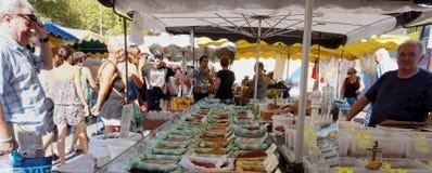 ST AYGULF, VAR, ΠΡΟΒΗΓΚΊΑ, ΓΑΛΛΊΑ, στις 26 Αυγούστου 2016: Στάβλος αγοράς Provencal που πωλεί τα φρέσκα χαλαρά καρυκεύματα και άλ στοκ εικόνες
