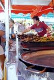 St AYGULF, VAR, ПРОВАНСАЛЬ, ФРАНЦИЯ, 26-ое августа 2016: Поставщик еды улицы продавая паэлья на провансальском стойле рынка на юг стоковые изображения