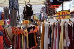 St AYGULF, VAR, de PROVENCE, FRANKRIJK, 26 AUGUSTUS 2016: De verkopende kleren van de Provencalmarktkraam en andere punten aan pl Royalty-vrije Stock Foto