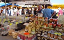 St AYGULF, VAR, de PROVENCE, FRANKRIJK, 26 AUGUSTUS 2016: De verkopende mosterd van de Provencalmarktkraam, antipasti en andere p Royalty-vrije Stock Afbeelding