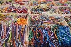 St AYGULF, VAR, de PROVENCE, FRANKRIJK, 26 AUGUSTUS 2016: De verkopende parels van de Provencalmarktkraam, armbanden en andere pu Royalty-vrije Stock Foto