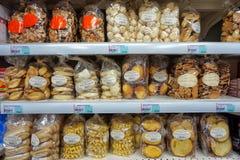 St AYGULF, VAR, de PROVENCE, FRANKRIJK, 26 AUGUSTUS 2016: Diverse cakes, koekjes en koekjes op de planken van een Provencal-super Royalty-vrije Stock Afbeeldingen