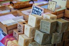 St AYGULF, VAR, PROVENCE, FRANCIA, el 26 de agosto de 2016: Los bloques de jabón hecho casero del artesano en un mercado de Prove Imágenes de archivo libres de regalías