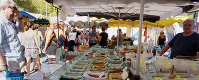 St AYGULF, varietà, PROVENZA, FRANCIA, il 26 agosto 2016: Stalla del mercato di Provencal che vende le spezie sciolte fresche ed  Fotografia Stock