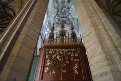 St Barbara de la catedral interior - columnas y erbs fotos de archivo