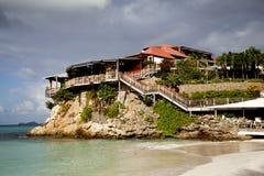 Le beaux hôtel et arc-en-ciel de roche d'Éden à St Barth, Français les Antilles. Photos libres de droits