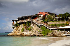 Das schöne Eden-Felsenhotel und -regenbogen an St. Barth, Franzosen Antillen. Lizenzfreie Stockfotos