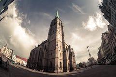 St Bartholomew Cathedral en la plaza principal de Plzen Pilsen Fotografía de archivo libre de regalías