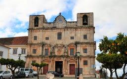 St Bartholomew ` s kościół i pomarańczowy drzewo obraz stock