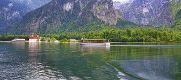 St- Bartholomewkirche andtravel Boot im Bayern, Deutschland stockfotos