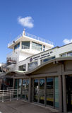 Terminal d'aéroport de Gustaf III et tour de contrôle du trafic à St Barths Photo libre de droits