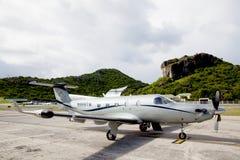 Tradewind lotnictwa Pilatus pC-12s samolot przygotowywający zdejmował przy St Barths lotniskiem. zdjęcie royalty free
