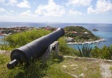 Canhão velho sobre o porto de Gustavia, St. Barths, Índias Ocidentais francesas Imagem de Stock