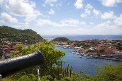 Canhão velho sobre o porto de Gustavia, St. Barths, Índias Ocidentais francesas foto de stock royalty free