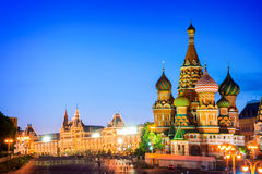 St Basil& x27; 红场的s大教堂在晚上,莫斯科,俄罗斯 免版税图库摄影