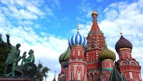 St. Basil Cathedral auf dem roten Quadrat in Moskau ist einer der berühmtesten Marksteine von Russland Stockfotos