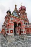 St. Basil Cathedral auf Winter in Moskau, Russland Stockbilder