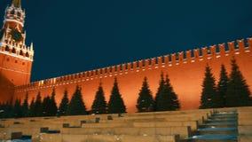 St Basil Cathedral, carillones del Kremlin, pared del Kremlin, mausoleo, bandera, panorama almacen de video