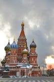 St. Basil Cathedral en cuadrado rojo por mañana temprana del invierno Imagen de archivo libre de regalías