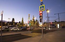 St Basil Cathedral en la noche -- la visión desde el nuevo parque de Zaryadye, parque urbano localizó cerca de Plaza Roja en Mosc Fotos de archivo