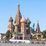 St Basil Cathedral en Moscú por tarde del verano Imagenes de archivo