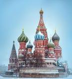 St. Basil Cathedral in Moskau bedeckte durch Schnee Lizenzfreie Stockfotos