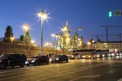 St Basil Cathedral na noite -- a vista do parque novo de Zaryadye, parque urbano localizou perto do quadrado vermelho em Moscou,  Fotos de Stock Royalty Free
