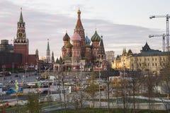 St. Basil Cathedral nachts -- Ansicht von neuem Zaryadye-Park, städtischer Park fand nahe Rotem Platz in Moskau, Russland Lizenzfreie Stockfotos