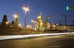 St. Basil Cathedral nachts -- Ansicht von neuem Zaryadye-Park, städtischer Park fand nahe Rotem Platz in Moskau, Russland Stockbilder