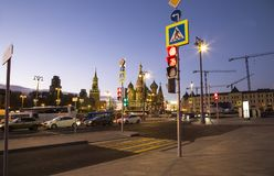 St. Basil Cathedral nachts -- Ansicht von neuem Zaryadye-Park, städtischer Park fand nahe Rotem Platz in Moskau, Russland Stockfotos