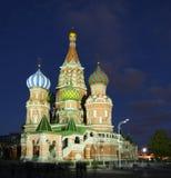 St Basil Cathedral sur la place rouge, (cathédrale de la protection de la Vierge sur le fossé) la nuit Photographie stock libre de droits