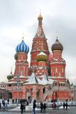 St Basil Cathedral sur la place rouge en hiver Images libres de droits