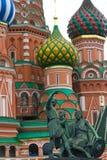 St.Basil mit Statuen Lizenzfreie Stockfotos