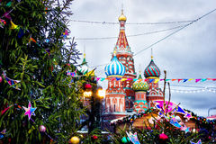 St Basilicum` s Kathedraal op de achtergrond van de Kerstmismarkt r Stock Afbeeldingen