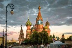 St Basilicum` s Kathedraal op het Rode Vierkant bij zonsondergang, Moskou royalty-vrije stock afbeelding