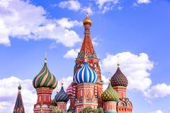 St Basilicum` s Kathedraal op Rood Vierkant in het Kremlin in het verstand van Moskou stock afbeelding