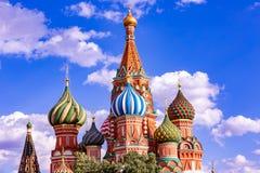 St Basilicum` s Kathedraal op Rood Vierkant in het Kremlin in het verstand van Moskou stock foto's