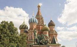 St-basilika domkyrka och monument till Minin och Pozharsky på röd fyrkant i Moskva, Ryssland Arkivbild