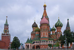 St. Basilikadomkyrka på röd fyrkant royaltyfri bild
