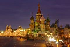 St-basilikadomkyrka på röd fyrkant i Moskva med nattbelysning royaltyfri bild