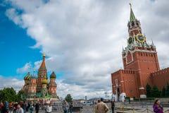 St-basilikas domkyrka och Spasskaya Bashnya p? den r?da fyrkanten i Moskva, Ryssland fotografering för bildbyråer